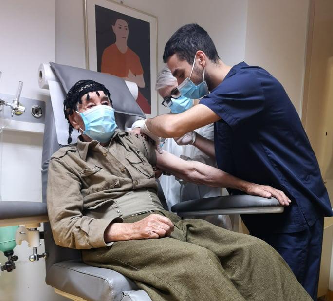 Ορεσίβιος Κρητικός εκατό ετών έκανε το εμβόλιο - Ομαλά κύλησε η πρώτη ημέρα για τον γενικό πληθυσμό(Pics)
